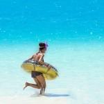 海で浮き輪をもって遊ぶ女性