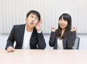 喜ぶ女性と耳を傾ける男性