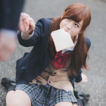 食パンをくわえた女子高生
