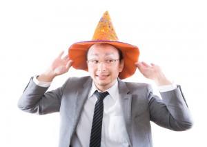 ハロウィンで帽子を被る男性