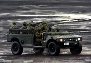 高機動車で移動する隊員たち