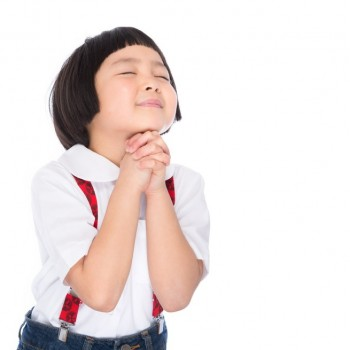 祈るパッツンヘアーの女の子
