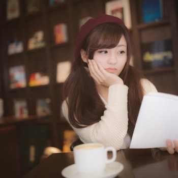 喫茶店で読書を楽しむ女性