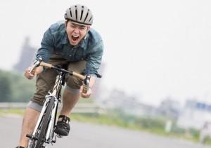 自転車を力いっぱいこぐ男性
