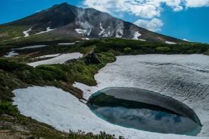 雪が残る旭岳