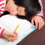 寝息を立てる小学生