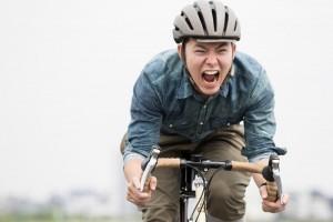 自転車で急ぐ男性