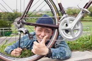 自転車とにっこりする男性