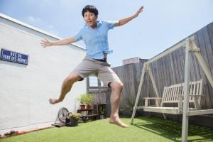 ジャンプする陽気な男性