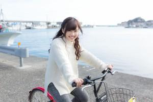 自転車に乗ってはしゃぐ彼女
