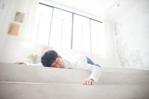 自宅で眠るデザイナー