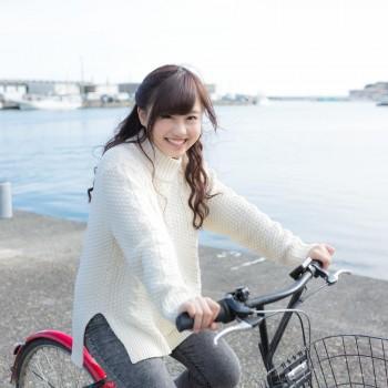 自転車に乗る笑顔の女性