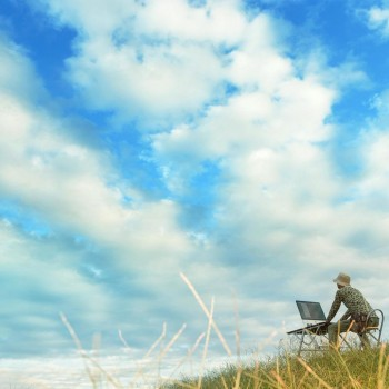 空の下で仕事をする男性