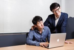パソコンを扱う部下と上司