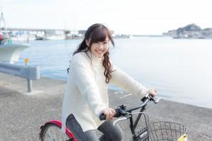 自転車に乗って笑顔の女性