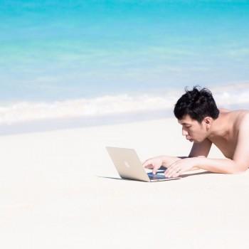 ビーチで仕事をする男性