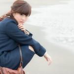 浜辺の寂し気な女性