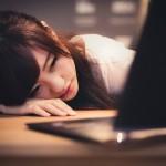 パソコン前で疲れた様子の女性