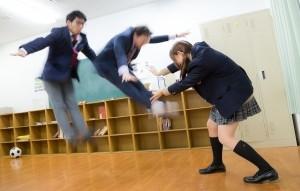 同級生を吹っ飛ばす女性