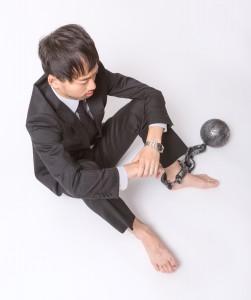 裸足に鉄球をつけた男性