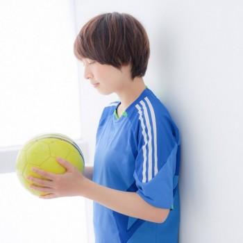 ボールに願いを込める女子