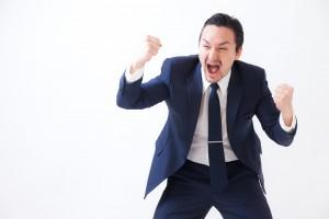 叫ぶスーツ男性