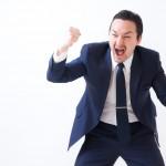 叫ぶスーツの男性