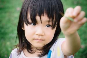 公園で何かを見つけた女の子