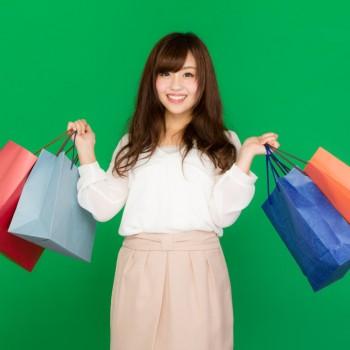 買い物袋をたくさん持つ女性