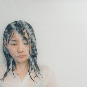 シャワーで涙を流す女子
