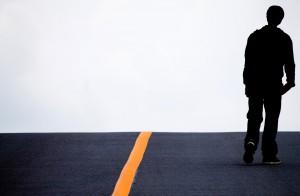 アスファルトを歩く男性