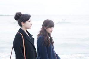 女性二人で冬の海