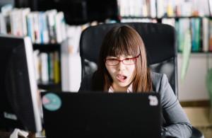 パソコン前で失敗した―顔の女性