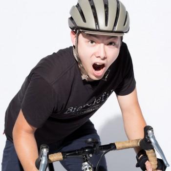 自転車に乗って大声を出す男性