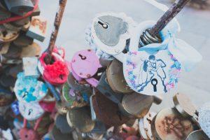 観光地に取り付けられたハートの南京錠
