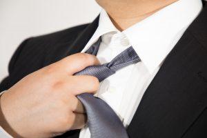 ネクタイを緩める男性