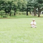 芝生でゆったりとスマホ